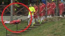 Netradiční nástup na fotbalový zápas