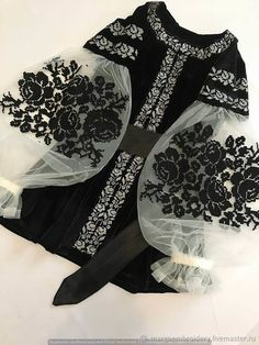 Black velvet embroidered blouse embroidered blouse with black roses velvet cool boho blouse Schwarzer samt Maschine bestickte Bluse bestickte Bluse. Mode Abaya, Mode Hijab, Pakistani Dress Design, Pakistani Dresses, Dress Dior, Boho Bluse, Hijab Fashion, Fashion Dresses, Hijab Stile