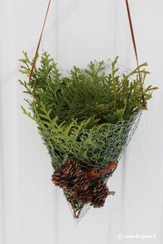 diy kremmerhus av hønsenetting // diy chicken wire cornets Christmas Projects, Christmas Crafts, Decor Crafts, Diy Crafts, Home Decor, Chicken Wire Crafts, Plant Hanger, Holiday, Plants