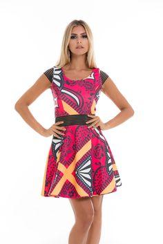 Nada mais feminino que um vestido bem acinturado! Este tem estampa alegre onde o tom pink predomina. Os detalhes vazados na cintura e nas mangas dão o charme final.