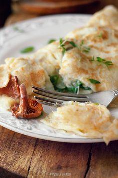 omlet ziołowy z kurkami i serem camembert.