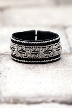 Lindas armband: Extra brett tennarmband med femfläta och snoddar Mens Leather Necklace, Leather Jewelry, Wire Jewelry, Leather Men, Jewelery, Jewelry Bracelets, Bangles, Zardozi Embroidery, Bracelet Patterns