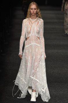 Alexander McQueen Fall 2017 Ready-to-Wear Fashion Show - Jessie Bloemendaal