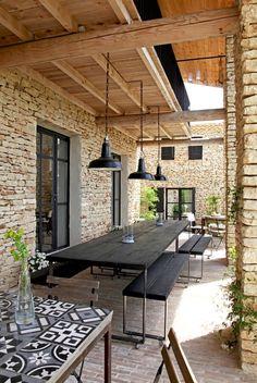 Une salle à manger d'été convivale, table carrelée carreaux de ciment