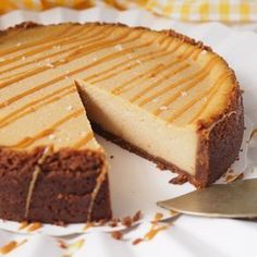 Taivaallinen suolainen kinuskijuustokakku – Salted Caramel Cheesecake | Kulinaari No Bake Desserts, Delicious Desserts, Dessert Recipes, Yummy Food, Caramel Treats, Caramel Recipes, Salted Caramel Cheesecake, Cheesecake Recipes, Sweet Bakery
