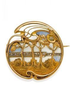 An Art Nouveau gold, enamel and diamond brooch, French, circa 1900. 2.8cm diameter. #GoldBrooches #GoldJewelleryArtNouveau #DiamondBrooch