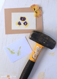 Hammering flowers to make artful prints. Learn how to make hammered flower print cards. Printing cards using garden leaves and flowers is a simple and personal way to send a sentiment to someone special. Cute Crafts, Crafts To Make, Crafts For Kids, Diy Crafts, Minibeast Art, Dried Flowers, Paper Flowers, Flower Cards, Flower Prints