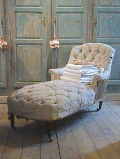 Love this deconstructed chaise lounge chair. So chic and perfect for afternoon cat naps! Living Vintage, Take A Seat, French Decor, Sofa Chair, Lounge Sofa, Settee, Panel Doors, Home Furniture, Furniture Design