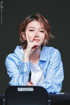 Dami is freaking gorgeous and cute and perfect and I love her step off everyone aHshdhxsbsvd ~ Kpop Girl Groups, Korean Girl Groups, Kpop Girls, K Pop, Pantone Black, Dream Catcher Art, Asian Short Hair, Mamamoo, Pop Group