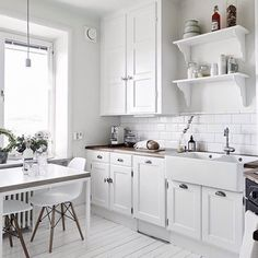 dreamy white kitchen / via Stadshem (my ideal home. Home Decor Kitchen, Kitchen Interior, Home Kitchens, Kitchen Dining, Kitchen Cabinets, Kitchen White, Cupboards, My Ideal Home, Scandinavian Kitchen