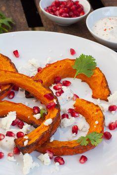 Gerösteter Kürbis mit orientalischem Joghurt und Feta ist knusprig, schnell gemacht und verdammt gut. Das perfekte Feierabendessen aus dem Ofen!