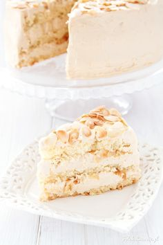 Prosty i szybki, ale też wystawny tort, na puszystym biszkopcie migdałowym, przełożony kremem kajmakowym i migdałami.