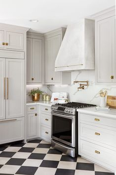 Kitchen cabinet is not simply for storage space. It is an essential element to your kitchen's style when doing a kitchen remodel. The array of kitchen cabinet style ideas can appear virtually unlimited White Kitchen Floor, Kitchen Tiles, Kitchen Flooring, Kitchen Decor, Checkered Floor Kitchen, 10x10 Kitchen, Kitchen Cabinets, Kitchen Black, Kitchen Cupboard