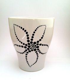 Moderno pintado a mano taza de café de la flor blanco y
