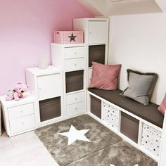The IKEA Kallax collection Storage furniture is an essential section of any home. Elegant and wonderfully easy the rack Kallax from Ikea , for example. Ikea Kallax Shelf, Kallax Shelving, Ikea Kallax Regal, Ikea Kallax Hack, Shelving Units, Ikea Hack Kids, Ikea Hacks, Girl Room, Girls Bedroom