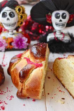 bread for day of the dead Pan de muertos mexicano (Pan dulce) Mexican Sweet Breads, Mexican Bread, Mexican Dessert Recipes, Pan Dulce, Holiday Recipes, Thanksgiving Recipes, Delish, Sweet Treats, Food And Drink