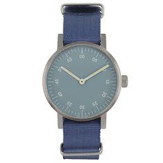 Det var på tiden! Basic är VOID Watches tredje produktserie och är en stilren, minimalistisk klocka med en boett i rostfritt stål. Det välvda glaset är gjort i mineralkristall för extra hållighet och fulländar denna design. Boett: Rostfritt stål. Armband: Blå nylon. Ø 38mm.