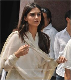 Sonam Kapoor is the daughter of Anil Kapoor, a well known Bollywood actor. Have a look at some of the most trending images of Sonam Kapoor without makeup. Sonam Kapoor Without Makeup, Bollywood Actress Without Makeup, Bollywood Actors, Bollywood Fashion, Celebrity Makeup, Celebrity Style, Sonam Kapoor Cannes, Celebs Without Makeup, Salwar Neck Designs