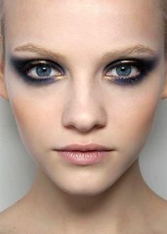 technique de maquillage smokey eye en bleu et or maquillage paupiere tendance