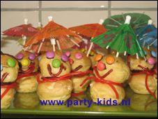 traktaties - poppetjes van soesjes (met parasol) Donut Holes, Parasol, Donuts, Party Ideas, Snacks, People, Kids, German Recipes, Frost Donuts