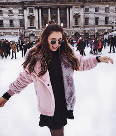 rosa Fake Fur Jacke, schwarzes Kleid, Ray Ban Sonnenbrille