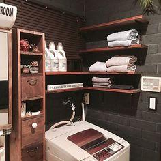 女性で、4LDKの収納棚/ニトリ/ホスクリーン/100均アイテム/無印良品/モノトーン…などについてのインテリア実例を紹介。「脱衣室⭐モノトーンで統一してスッキリ(*^^*)・・・と言いたいけど、写ってない洗濯機横には子供のお風呂のカラフルオモチャが(。>д<)」(この写真は 2016-12-13 13:18:16 に共有されました) Flat Ideas, Washroom, Simple House, Kitchen Storage, Laundry Room, Interior Decorating, Towel, New Homes, Furniture