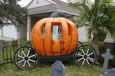 Sinister Sid has been building this Pumpkin carriage. I think it is an absolutely amazing and unique prop. 31 Days Of Halloween, Happy Halloween, Halloween Stuff, Halloween Ideas, Cinderella Pumpkin, Pumpkin Carriage, Pumpkin Decorating, Decorating Ideas, Fairy Houses