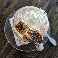 Shug's Soda Fountain in Pike Place Market has a small secret: you can get hot cocoa with toasted marshmallows! Find out more on IG! Seattle Food, Pike Place Market, Toasted Marshmallow, Soda Fountain, Marshmallows, Cocoa, Trips, Sweets, Hot