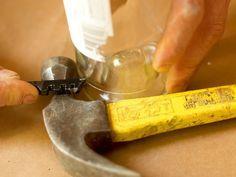 Aprende a realizar un método simple para cortar botellas de vidrio sometiéndolas a diferentes cambios de temperatura.