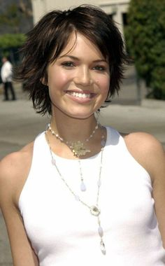 ▷ Modern short hairstyles for an elegant look - Best New Hair Styles Curly Hair With Bangs, Hairstyles With Bangs, Diy Hairstyles, Layered Hairstyle, Ladies Hairstyles, Celebrity Short Hair, Celebrity Hairstyles, Short Hair With Layers, Short Hair Cuts For Women