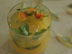 Uma capiriosca de laranja com manjericão para você inovar nos drinks em qualquer ocasião.