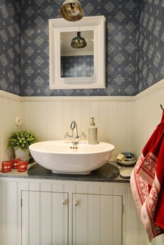 add: design / anna stenberg / lantligt på svanängen: Renovering och inredningsinspiration efter en klassisk jul i Norge Small Space Bathroom, Laundry Room Bathroom, Family Bathroom, Bathroom Toilets, Cottage Renovation, House Inside, Swedish Design, Scandinavian Interior, Beautiful Bathrooms