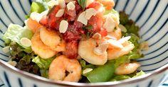 Vale investir em uma salada diferente com camarões, tartar de morangos e amêndoas. Clique no MAIS para ver a receita