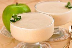 Взбитые яблоки – это очень пышная масса, которую можно подавать со взбитыми сливками или с вареньем к чаю.  Чтобы приготовить этот десерт, берем: яблоки (кислые или кисло-сладкие) – 500 г, 2-3 яичных белка, 6-8 ст.л. сахара.  Яблоки моем, вынимаем сердцевину с семечками и тушим в духовке. Размягченные яблоки протираем через сито.  Полученное яблочное пюре смешиваем с белком яиц, сахарным песком и взбиваем в миксере. Panna Cotta, Pudding, Fruit, Ethnic Recipes, Desserts, Food, Tailgate Desserts, Dulce De Leche, Deserts