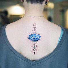 Tatuajes sencillas flor de loto para las mujeres en espalda