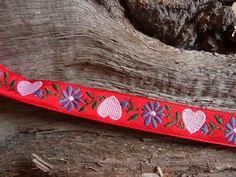 Super süßes Webband mit Herzen und Blumen.    Ein Herz ist 1,3 cm hoch und 1,3 cm breit.    Die Farben sind klar und eindeutig.    Das Webband eignet sich auch hervorragend für Trachtenkleidung.    Einfach herrlich.    Das Webband ist ca 1,6 cm breit.    Der Preis versteht sich per Meter.