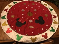 DIY Disney Christmas tree skirt! Disney Christmas Crafts, Disney Christmas Decorations, Disney World Christmas, Mickey Mouse Christmas, Disney Ornaments, Mickey Y Minnie, Disney Crafts, Christmas Diy, Diy Christmas Tree Skirt