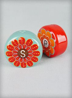I love these '60s salt & pepper shakers, what a way to brighten up a table!