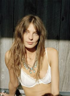 Daria Werbowy in a classic white bra #style #fashion #lingerie