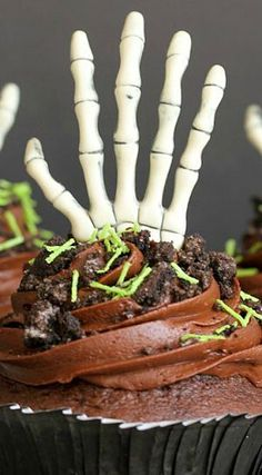 Creepy Cupcakes - a delicious, simple and festive treat for your next Halloween get together that looks like a skeleton reaching out from under the ground! Halloween Cans, Halloween Goodies, Creepy Halloween, Halloween Treats, Fall Treats, Halloween Party, Homemade Chocolate Buttercream Frosting, Cheesy Baked Spaghetti, Homemade Cupcake Recipes