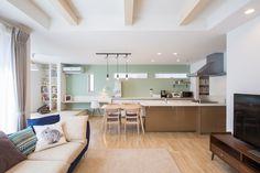 【LDK】 キッチン背面には自然な色合いのグレーグリーン色の壁紙を採用し、LDK全体のアクセントに。リビング天井には3本の表し梁が印象的。天井を折り上げたことで、空間を広く見せてくれます。ダイニング横の小上がりのタタミコーナーはお子様の遊び場です。 Furniture, Interior, New Homes, Kitchen, Colored Ceiling, Home Decor, Room, Dining, Dining Room
