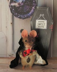 Needle Felted Vampire Halloween Mouse Cape by Artist Robin Joy Andreae #NeedleFeltedAnimals