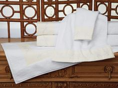Rapport - Luxury Towels - A joy for body and soul, lush White cotton terry is loomed in Turkey with a highly absorbent pile of 600 grams per square meter, then fashioned into a feast for your eyes with delicate flowery embroidery on a band of pure linen. #towels. #BathLinen #SchweitzerLinen #luxury