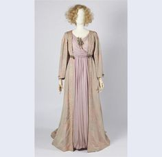 Dress in 'historicizing' model of pink with gray iridescent silk, wide sleeves with embroidery in purple and beige circa 1912