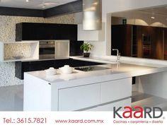 #Cocina elaborada con elegantes vistas en cristal negro y cubiertas en cuarzo blanco puro.
