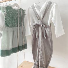 Guten Morgen ihr Lieben! Kennt ihr schon unsere Musselinjumper? Sie sind durch ihre verstellbaren Träger sowie die Hosenbeine die man umkrempeln kann mitwachsend und können über viele Größen hinweg getragen werden 🖤 Außerdem sind die Musselinstoffe Unisex und sind sowohl für Buben mit einem weißen Hemd, Body oder Sweater als auch für Mädchen mit einem Rüschenshirt 💛 #musselin #Handmade #austria #vienna #musselinjumper #musselinkidswear #kidswear #kidsclothing #coucoufashion #jumper… Jumper, Unisex, Fashion, Ruffle Shirt, Good Morning Love, Moda, Fashion Styles, Jumpers, Fashion Illustrations