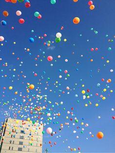 [F]カラフルな風船が風に舞っていて綺麗 Rainbow Colors, Sprinkles, Garden Design, Wallpapers, Phone, Inspiring Pictures, Pintura, Telephone, Rainbow Colours