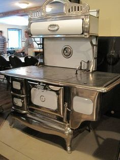 Vintage Antique Vintage stove would be so amazing in my beautiful kitchen.like I am playing with my Holly Hobbie Easy Bake Oven again! Vintage Kitchen Appliances, Old Kitchen, Kitchen Decor, Wood Burning Cook Stove, Wood Stove Cooking, Antique Wood Stove, How To Antique Wood, Antique Kitchen Stoves, Primitive Kitchen