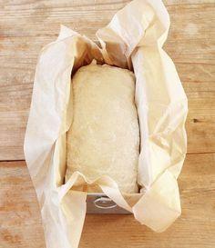 2. Forma degen till en limpa med mjölade händer. Lägg den i en limpform, ca 1 ½ liter, klädd med bakplåtspapper. Snack Recipes, Snacks, Camembert Cheese, Smoothies, Dairy, Chips, Bread, Food, Milkshakes