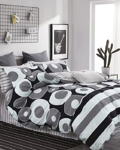 stylova-cierno-biela-obliecka-do-spalne-s-geometrickymi-vzormi Comforters, Blanket, Bed, Home, Creature Comforts, Quilts, Stream Bed, Ad Home, Blankets